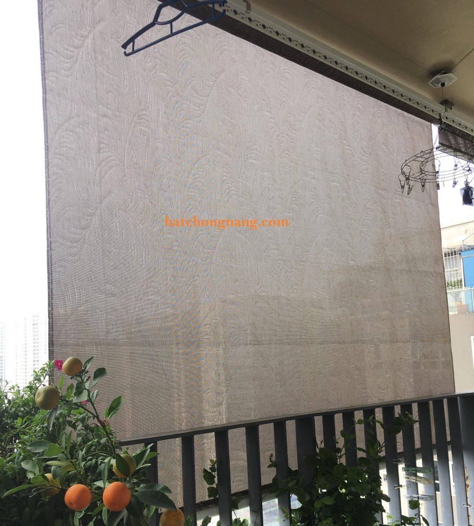 bạt che che nắng ban công tự cuốn sử dụng chất liệu bạt hàn quốc. Làm từ sợi cước thủy tinh. có tác dụng vừa chống nắng mưa vừa cản nhiệt.