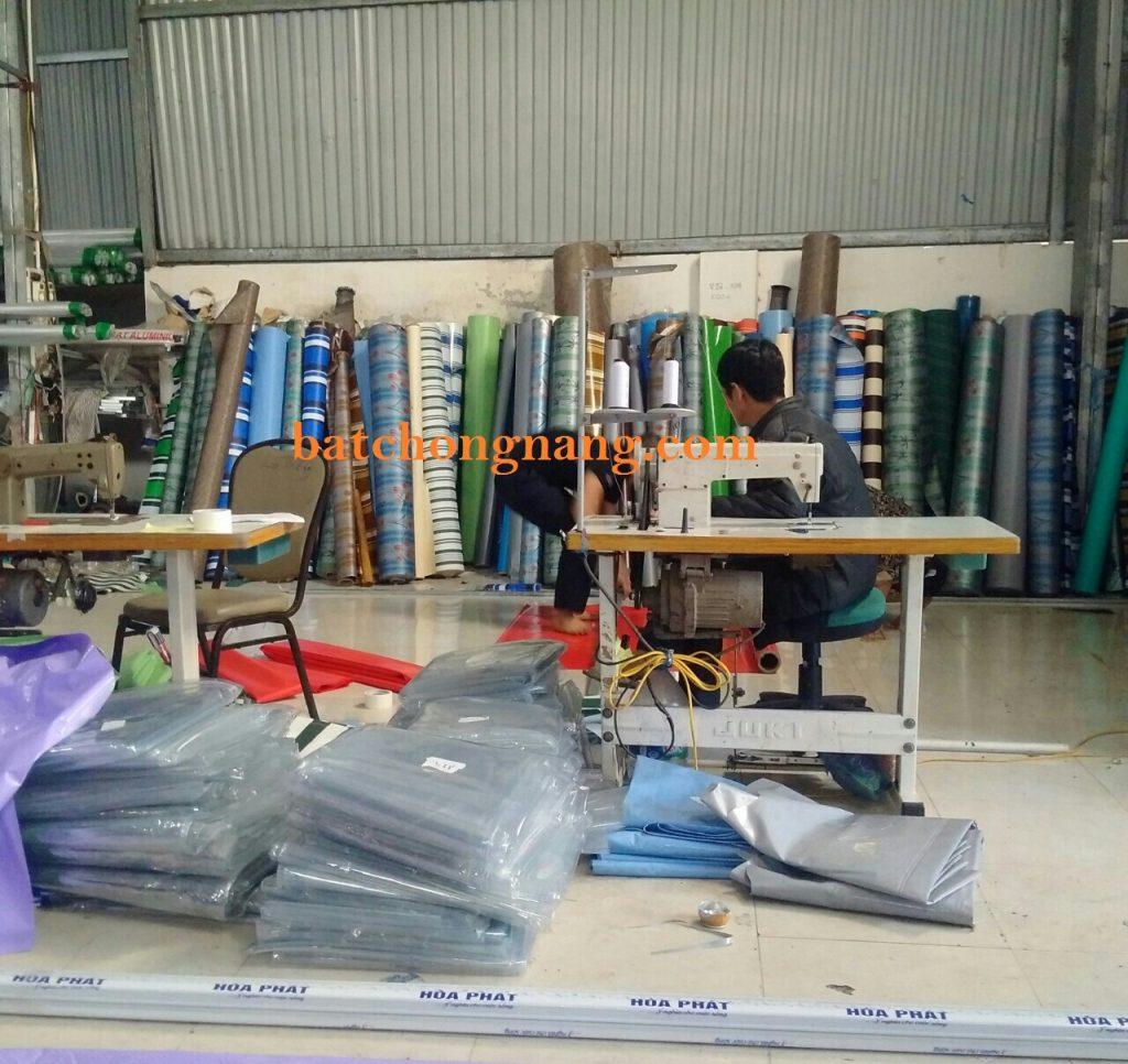 thợ ở xưởng đang may bạt che nắng ban công để chuẩn bị cho thợ thi công đi lắp đặt.